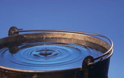 Hoeveel water past er in een emmer die lek is?